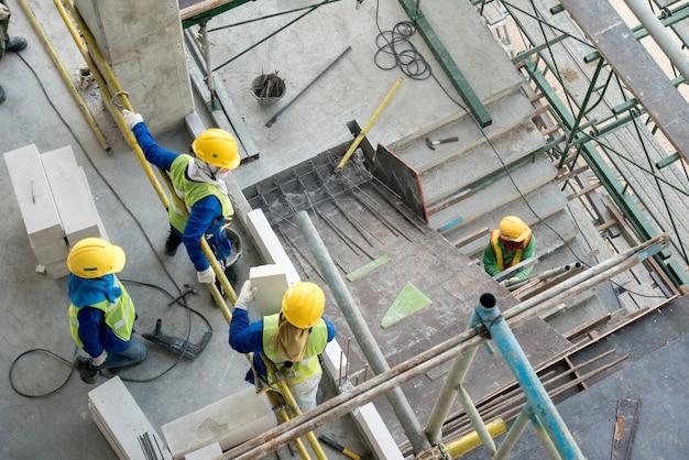 Вид сверху строитель на строительной площадке