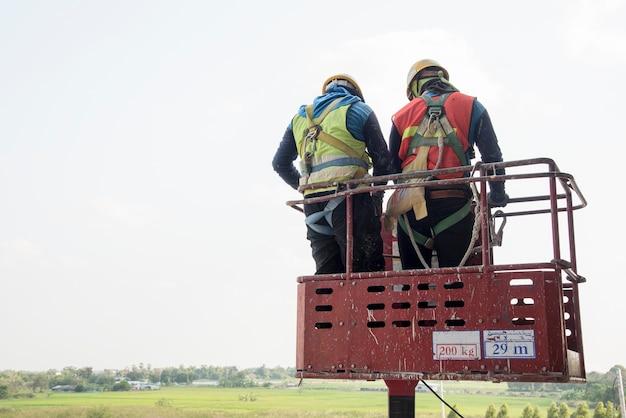 Мужская промышленность работает на высоком уровне в подъеме стрелы на строительной площадке
