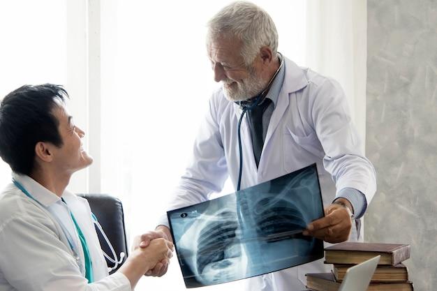 医療の医者と医学看護師の手手を振る成功の後に病院で働く
