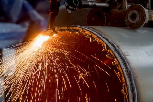 Пожарная резка металла на строительной площадке