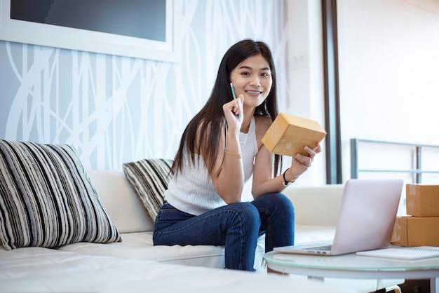 Красивая портретная молодая женщина, работающая на ноутбуке