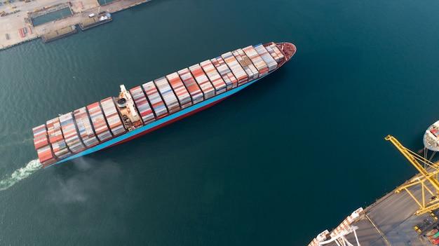 空撮または貨物船、倉庫港の貨物コンテナーのトップビュー