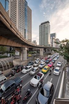 バンコク、タイ。サトーンの道路上の交通渋滞