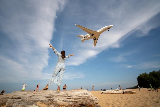 セクシーなビキニの女性旅行者は海マイカオビーチプーケット県、タイに立つ