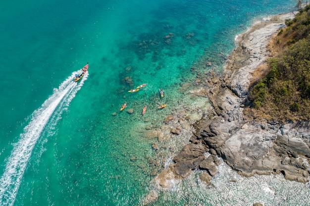 ビーチでカヤックをする旅行者の空撮グループ