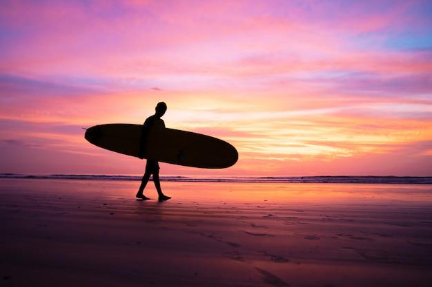 プーケットタイで日没時にシルエットサーフィン選手