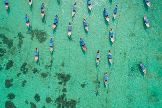タイのリペ島で空撮ロングテールボート