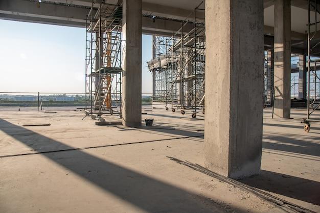 工事現場のコンクリート柱