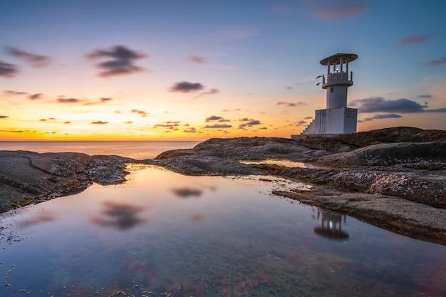 タイから日没時に灯台海の景色