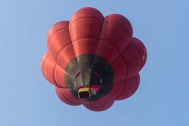 青い空を背景に色の熱気球