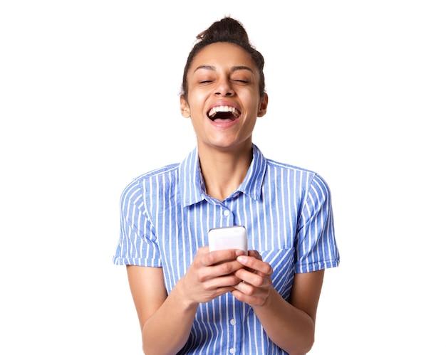 携帯電話で笑っている朗らかな若い女性