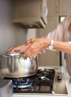 老婦人、沸騰した、水、ポット、コンロ、トップ