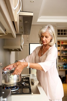 古い、女、沸騰している、水、台所、ストーブ、トップ