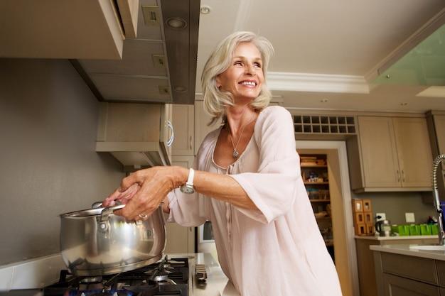 古い、笑顔、女、沸騰、水、台所、ストーブ、トップ