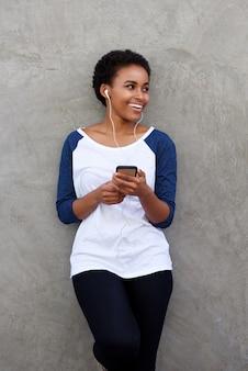 音楽を聴くクールな若い黒人の女性
