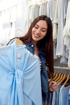Модная молодая женщина, покупающая в бутике