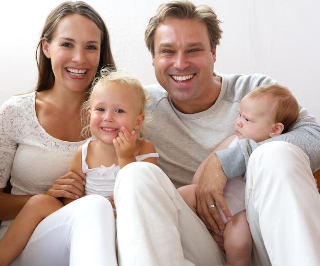 幸せな家庭、子供と一緒に笑う