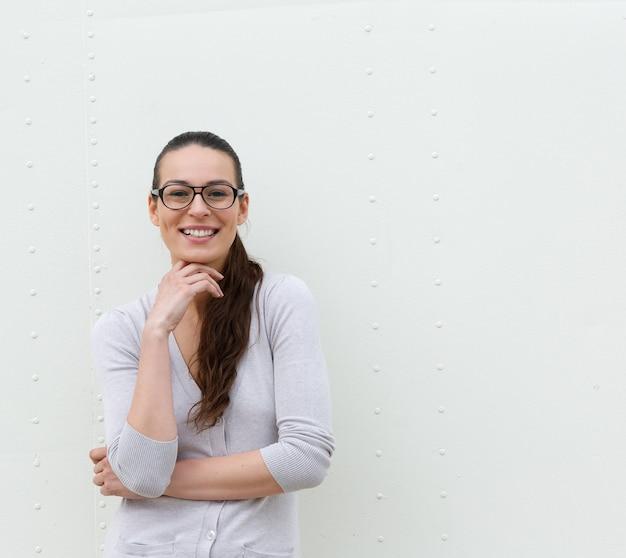 Молодая женщина в очках, улыбаясь