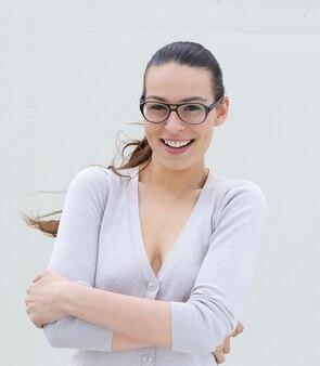 Счастливый молодая женщина в очках