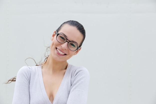 Привлекательная молодая женщина, улыбаясь в очках