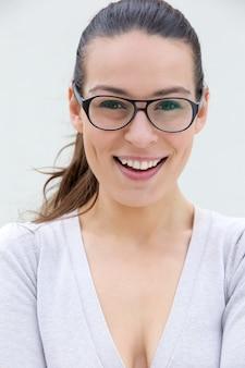 Уверенная женщина, улыбаясь в очках