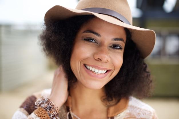 帽子をかぶっているアフリカ系アメリカ人のファッションモデル
