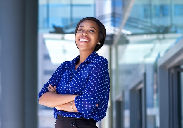 Веселая молодая женщина бизнес смеется