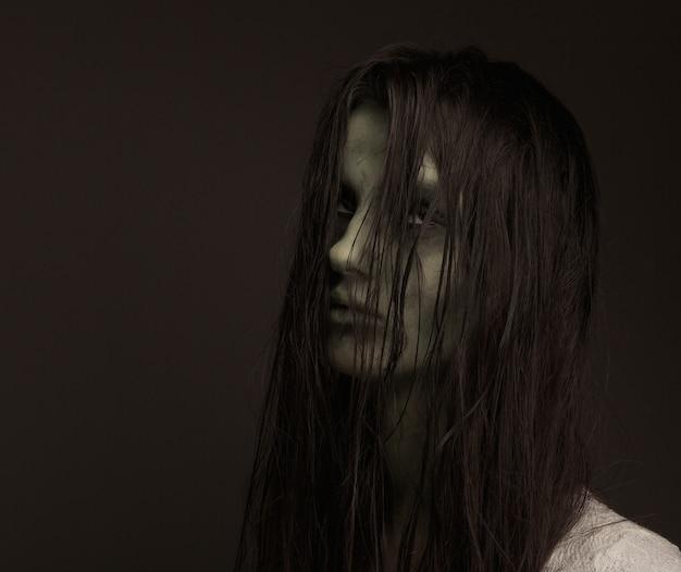 恐ろしいゾンビの女の子
