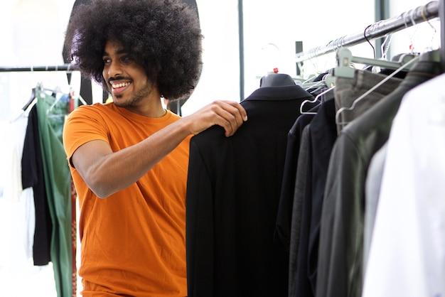 服を探している男性買い物客