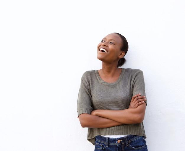 白い背景に若いアフリカの女性を笑う
