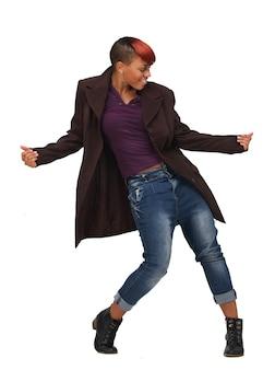 Афро-американская женщина танцует в музыке
