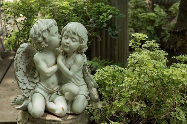 かわいいキスカップルカップル庭で