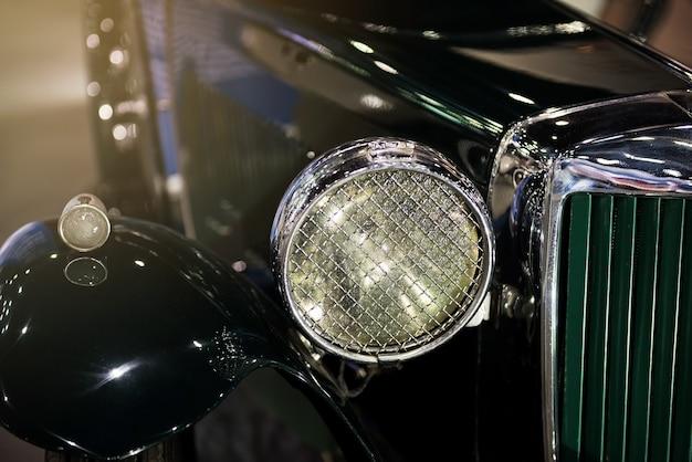 アンティークの高級車のフロントヘッドライト。