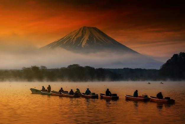 富士山と庄司湖でのセーリングボート
