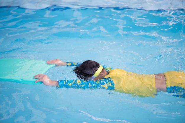 Детская практика плавания плавающей пеной