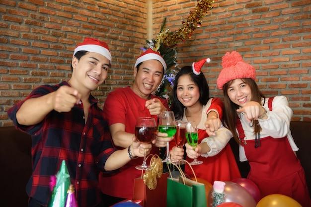 クリスマスパーティーで幸せな友達