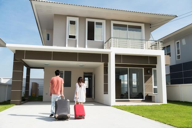 アジアカップルが新しい家に移る