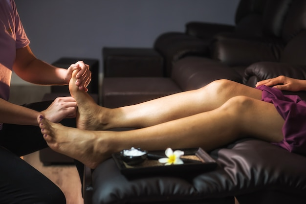 足と脚のタイ式マッサージ