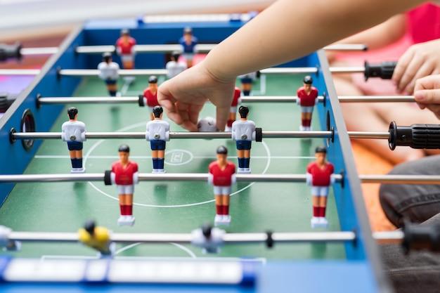 テーブルの上で遊ぶサッカーサッカーゲーム