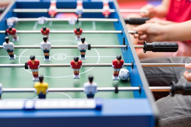 男の子が遊ぶフットボールのテーブル