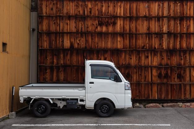 駐車場での配送トラック
