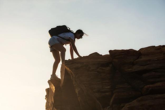 Туризм женщина восхождение на вершину горы