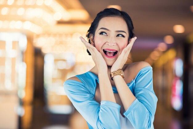 ディスカウントストアで興奮している女性のうわー顔。