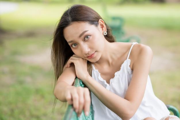 Красивый портрет девушки брюнет на парке