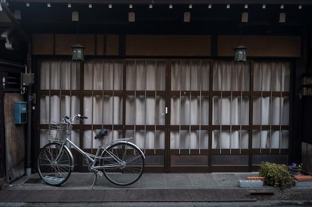 伝統的な木造の家、高山での自転車