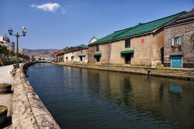 小樽運河と古い倉庫の建物
