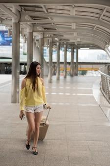 若いアジア女性がバンコク市内を訪問