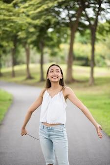 Девушка получить свежий воздух в парке летом