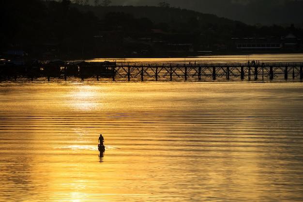 木製の橋、サンカブリー近くのシルエットの漁師