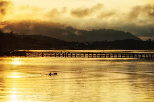 日の出、サンカブリーのボートと月橋